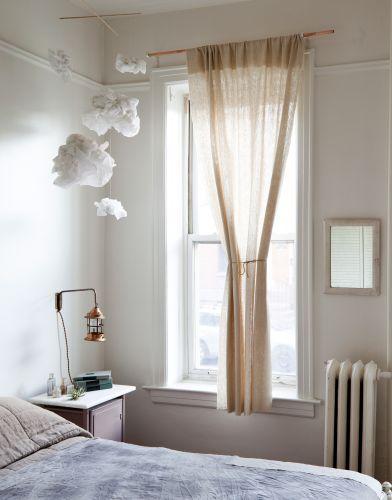 O quarto de Aya Yamanouchi é extremamente luminoso e exibe alguns objetos comprados no mercado de pulgas do Brookyn, como a lâmpada de cabeceira