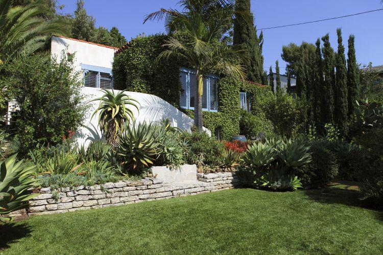 O paisagista Wade Graham plantou uma coleção de aloes na jardineira junto à frente da casa construída na década de 1920, em Los Angeles, na Califórnia. Wade Graham é autor do livro