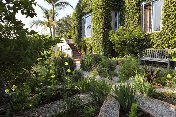 Frente da residência em Los Angeles, Califórnia, com projeto de paisagismo desenvolvido por Wade Graham. Graham é autor de