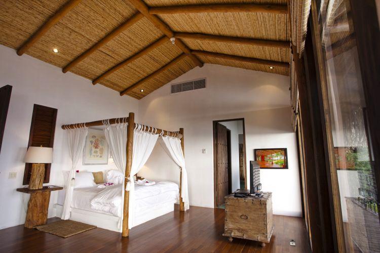 Construída no noroeste da Costa Rica, em uma região conhecida como Costa Guanacaste, a casa da família Ewing tem camas feitas com madeira nativa reciclada e o teto sustentado por hastes de cana brava