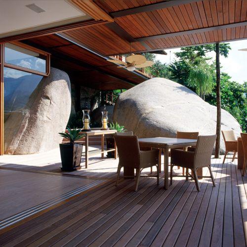 A varanda, local ideal para café da manhã ou jogos ao fim da tarde, tem mobiliário com design contemporâneo executado em fibra sintética de Armando Cerello