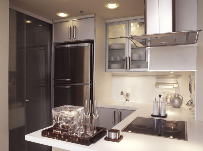 A cozinha do tipo americana tem bancada de Corian (da Dupont) e armários com gavetas providas de organizadores. Os eletrodomésticos são da Bosch, a coifa é da Falmec, e as cubas e torneiras são da Deca