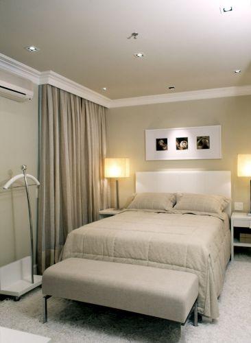 Na suíte principal repetem-se os tons neutros usados nas outras áreas do apartamento. As mesas laterais de madeira com acabamento de laca branca foram desenhadas pelo arquiteto