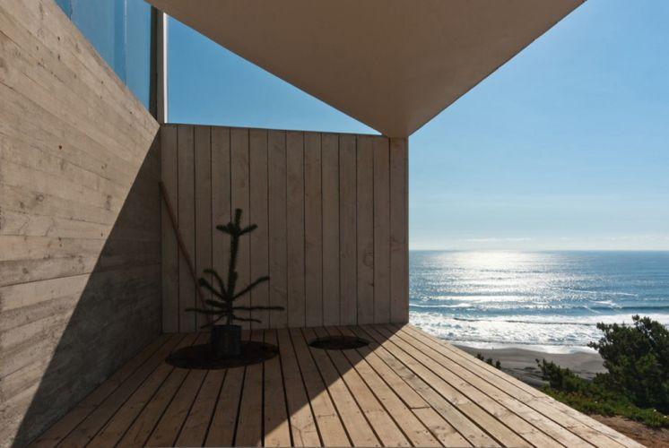 A varanda, coberta em parte pela ponta do volume do piso superior, está protegida dos ventos fortes da região