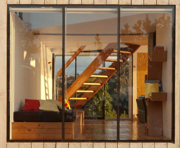 O uso da madeira aquece o ambiente, que se torna aconchegante mesmo com as amplas transparências