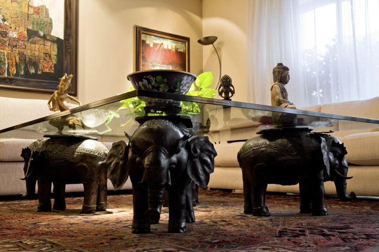 Os elefantes trazidos da Indonésia funcionam como pé da mesa de centro