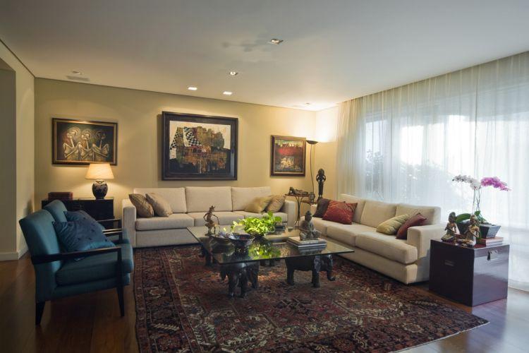 Na sala de estar, os quadros balinesas são o destaque