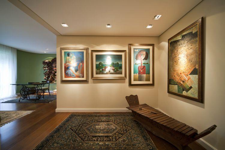 Com o novo projeto, o espaço entre o ateliê da esposa e o living virou uma galeria, composta das telas
