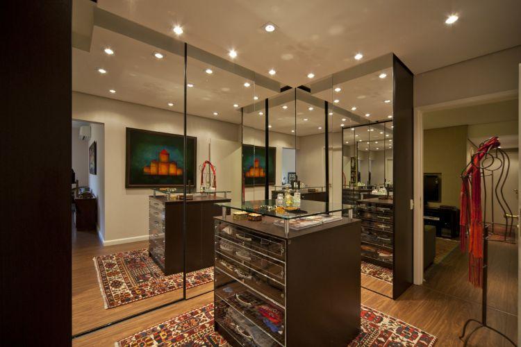 No closet reformado, armários e gaveteiro da Mr. Closet. O tapete é um tribal da Galeria Marcel de Claremont, na Califórnia, EUA
