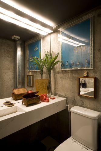 O lavabo, instalado no volume de concreto, tem bancada e piso de mármore piguês