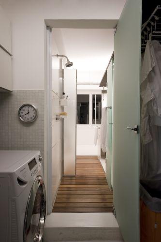 Acesso estratégico da área de serviço para o banheiro da suíte principal