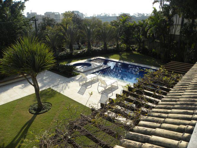 Em L, a piscina com estrutura de concreto projetada pelo arquiteto e paisagista Marcelo Faisal tem duas profundidades e área de spa. Como revestimento recebeu pastilhas da Glass Mosaic e, no contorno, mármore travertino da Brich Stone