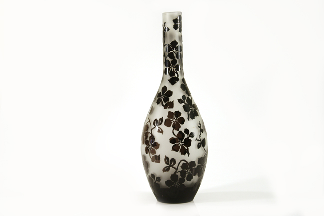 O vaso de vidro tipo Murano mede 40 cm de altura e traz estampa em padrão floral em preto e branco. O presente é da loja César Bertazzoni. Preço: R$ 165www.cesarbertazzoni.com.brPreços consultados em abril de 2011 e sujeitos a alterações