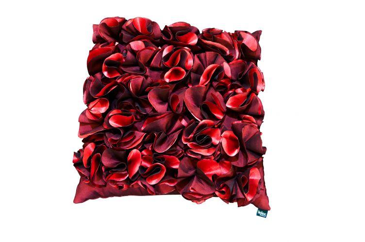 Na Líder Interiores é possível encontrar a almofada com flores feitas de cetim. A peça é estruturada com fibras de silicones e mede 50x50 cm. Preço: R$ 276 (a partir de)www.liderinteriores.com.brPreços consultados em abril de 2011 e sujeitos a alterações