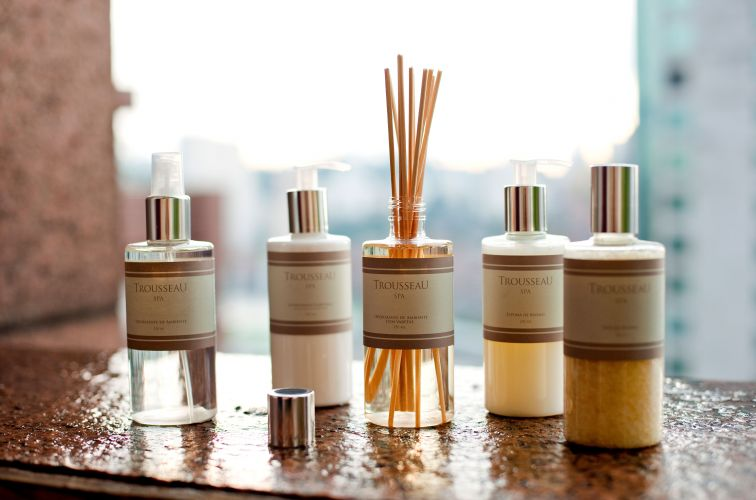 Da Trousseau, a linhas de aromas SPA conta com sais, óleo e espuma de banho, além de um difusor de essência e um odorizante em spray. As fragrâncias têm notas baseadas em lima e limão siciliano. Também estão presentes lavanda, gerânio, alecrim, musk, copaíba e patchouli. Preço: R$ 99 (difusor com varetas); R$ 58 (odorizante spray)www.trousseau.com.brPreços consultados em abril de 2011 e sujeitos a alterações