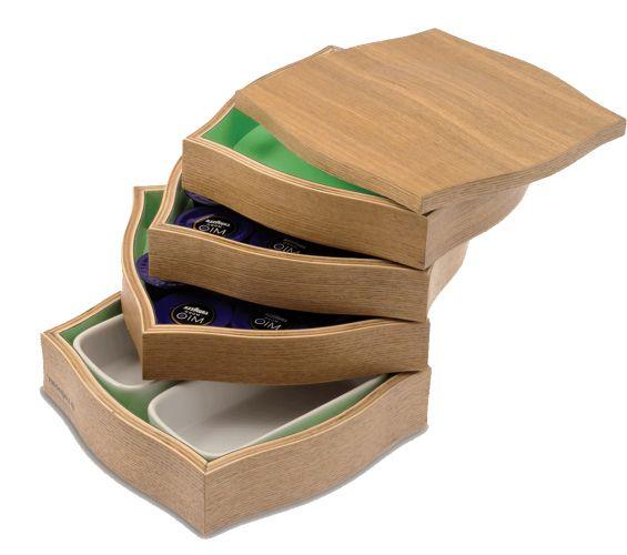 O cubo de madeira serve para armazenar capsulas de café expresso. O objeto tem design de Paola Carallo e Jacopo Grandis e um sistema pivotante de compartimentos, sendo que o último comporta duas vasilhas de porcelana. As opções de acabamento em madeira são natural ou zebrano. À venda na Coisas da Doris. R$ 385www.coisasdadoris.com.brPreços consultados em abril de 2011 e sujeitos a alterações