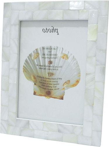 O porta retrato feito em madrepérola comporta imagens 10x15 cm. Da Rojemac à venda na Dayan Casa. Preço: R$ 26www.rojemac.com.brPreços consultados em abril de 2011 e sujeitos a alterações