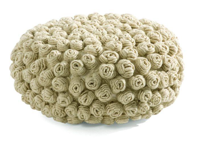 O puff composto por flores é assinado pela designer Eulália de Souza Anselmo e fornecida pela Prima Design. Com 60 cm de diâmetro, o objeto está à venda na loja virtual Obravip.com. Preço: R$ 1.701www.obravip.comPreços consultados em abril de 2011 e sujeitos a alterações