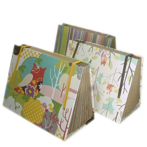 Para mamães que gostam de organizar, a sugestão da Rosamundo são os porta-documentos em tecido. Os objetos são forrados com tecido 100% algodão e estruturados com cartonagem. As medidas aproximadas são 35x15,5x12,5 cm. Preço: R$ 98www.rosamundo.com.brPreços consultados em abril de 2011 e sujeitos a alterações