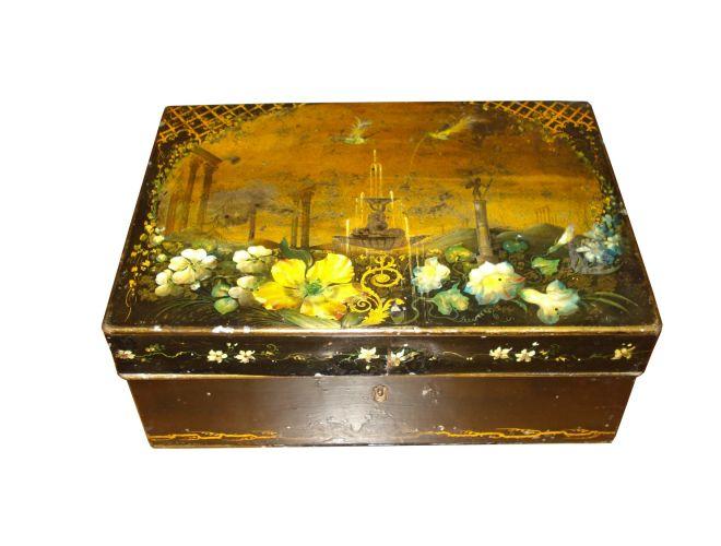 Caixa de lata vintage com divisórias internas e desenhos ornamentais com detalhes dourados. Vendida pela Kcase. Preço: R$ 1.200Telefone: (11) 3081-6530Preços consultados em abril de 2011 e sujeitos a alterações