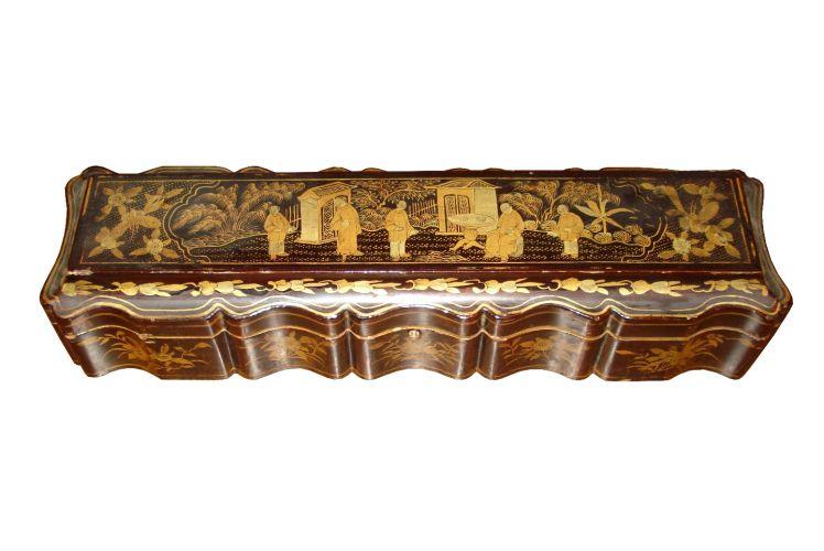 Caixa oriental de madeira com tecido ornamental interno e desenhos e detalhes dourados externos. À venda na Kcase. Preço: R$ 3.700Telefone: (11) 3081-6530Preços consultados em abril de 2011 e sujeitos a alterações