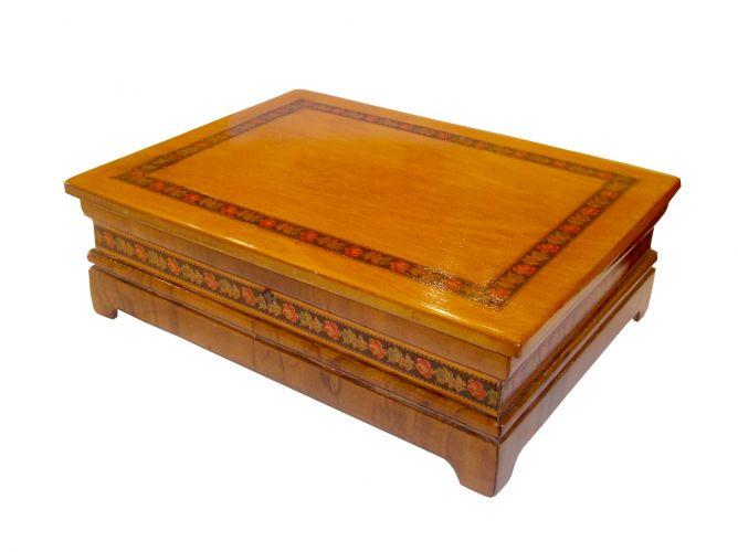 Caixa em madeira com detalhes florais, da Kcase. Preço: R$ 420,00Telefone: (11) 3081-6530Preços consultados em abril de 2011 e sujeitos a alterações