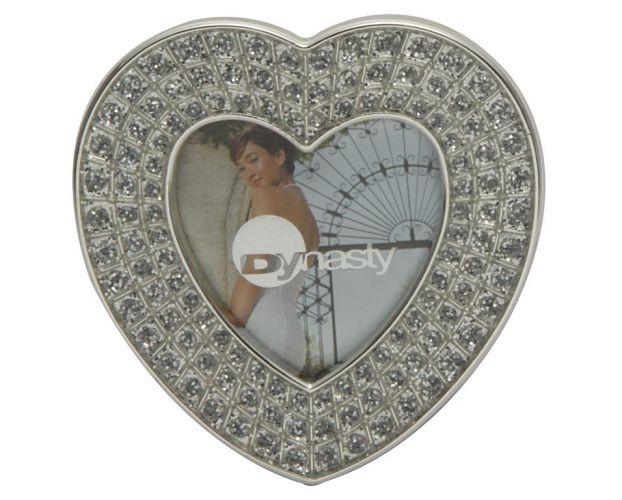 Porta retrato em formato de coração comporta fotos pequenas 5x5. Feito em prata e com detalhes em pedras, está à venda na Cleusa Presentes. Preço: R$ 19,90Telefone: (11) 5049-1414Preços consultados em abril de 2011 e sujeitos a alterações