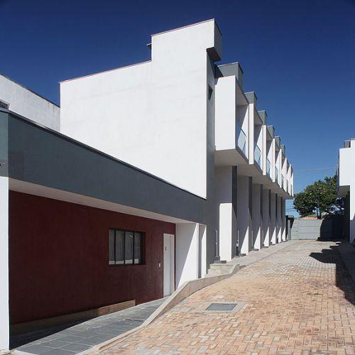 O projeto contempla uma rua interna que liga as unidades habitacionais do condomínio, proporcionando um eixo de grande visibilidade para o exterior
