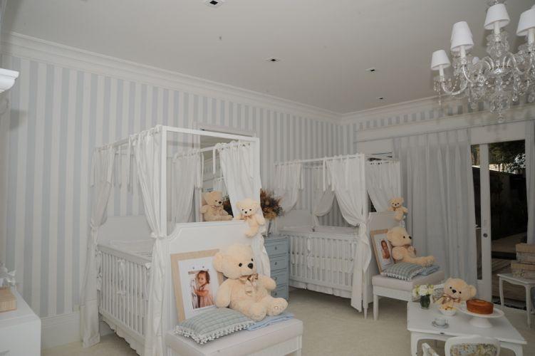 As cores azul e branco desmistificaram a ideia de que menina é sinônimo de rosa. Foi o intuito da arquiteta Christina Hamoui quando aceitou o desafio de uma mãe contemporânea de projetar o quarto de 18,5 m² para as gêmeas. Os berços de madeira laqueada da Q&E Bebê são atóxicos e complementados pelos dossel e mosqueteiro. Para dar aconchego, carpete Santa Mônica no piso.
