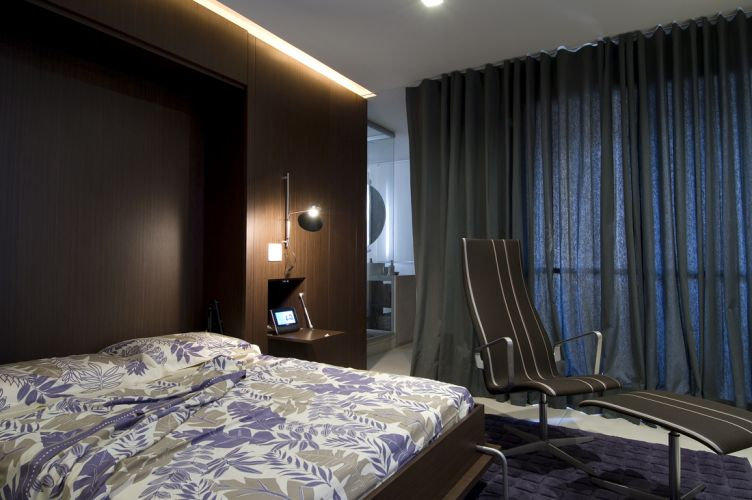 Econômica e criativa, a cortina de sarja comprada na 25 de Março, rua paulistana famosa por suas ofertas, foi a solução para proporcionar maior privacidade ao banheiro e vedar a janela.