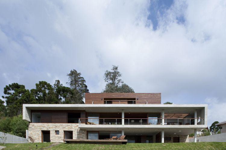 Projetada no ponto mais alto do terreno e de face para o nascente, a casa tem todos seus ambientes ensolarados e ventilados