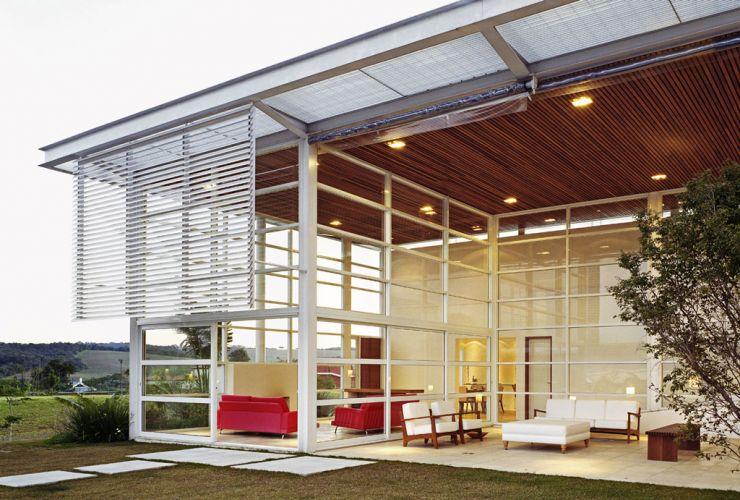 O forro de madeira ameniza o efeito do pé-direito duplo e da transparência, tornando os espaços mais aconchegantes