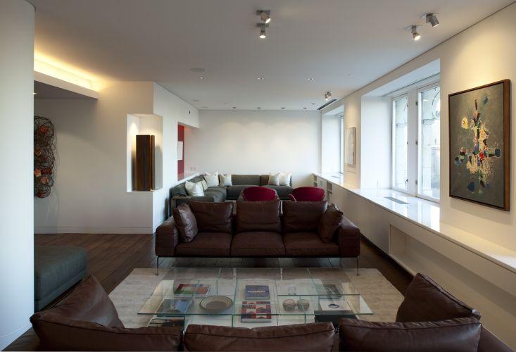 O espaço social, com janelas de caixilhos brancos e bancada que oculta a calefação e reflete a luminosidade