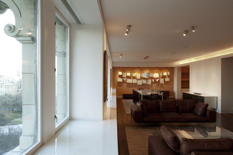 Os espaços sociais ocuparam a face norte do apartamento, a de menor insolação no hemisfério norte. A deficiência de luz do sol é em termos compensada pela vista do Central Park