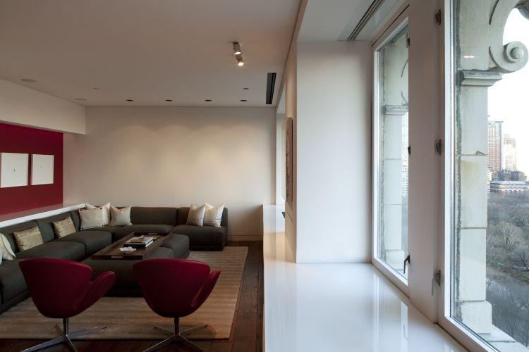 O espaço do home theather, cuja tela fica embutida no forro, em frente à janela