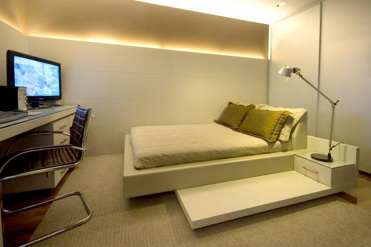 O projeto racionalizou o espaço do dormitório para incluir a escrivaninha executada pela Marcenaria Brasileira. Tapete By Kamy
