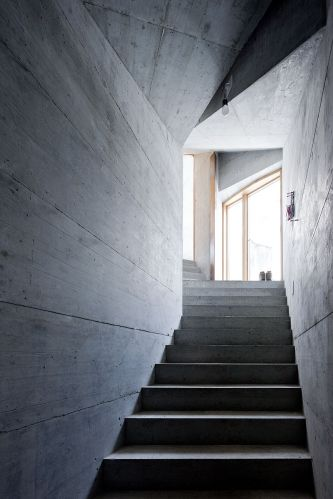 De concreto armado, o corredor que liga a porta de entrada, localizada em um celeiro distante 22 metros da construção, e a casa propriamente dita é subterrâneo, mas nem por isso deixa de ter seu receber luz solar