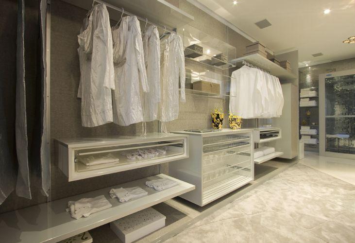 Closet projetado por Sueli Adorni. De acordo com a arquiteta e designer de interiores, esse cômodo deve ser desenhado