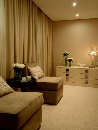 A suíte principal recebeu mobiliário com acabamento em laca bege G-101 da Bonaldo; as cortinas foram confeccionadas pela Kika Chic, com tecidos Empório Beraldin