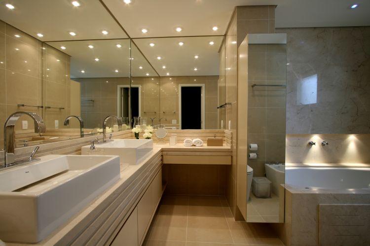 O banheiro da suíte máster tem a bancada de mármore crema marfil com duas cubas da Deca