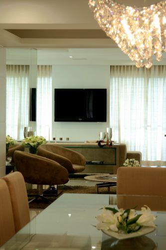 Detalhe do jantar com vista do bar e, ao fundo, o home theater