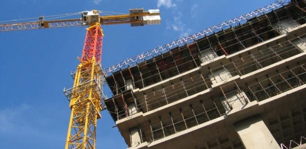 Em geral, durante a construção o comprador paga apenas os juros do financiamento.<br> A amortização do saldo devedor só começa na entrega das chaves - Stock Images