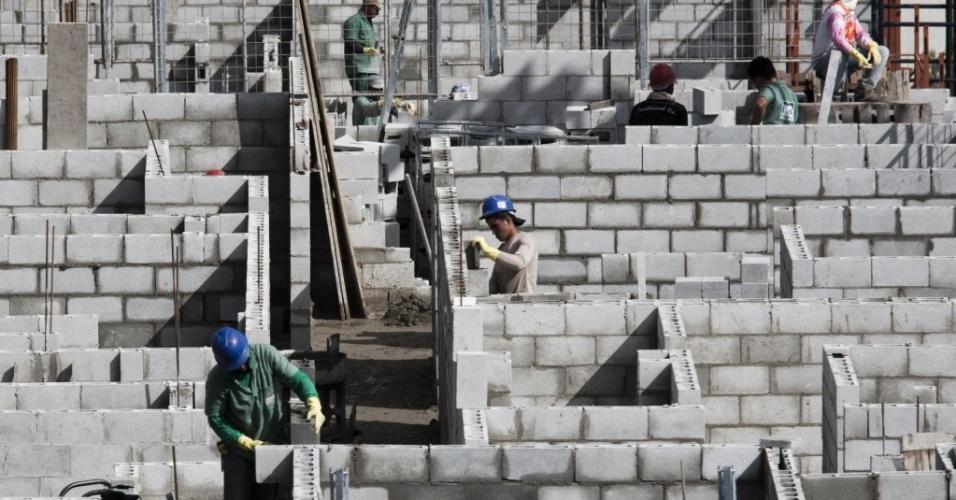 Operários trabalham nas obras dos prédios residenciais do Complexo São Vicente. O projeto faz parte do programa Minha Vida, Minha Casa do governo federal