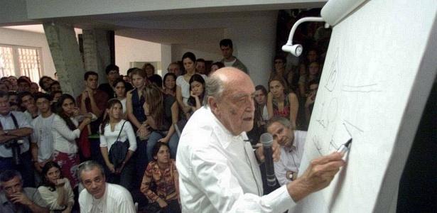 Oscar Niemeyer durante aula de arquitetura