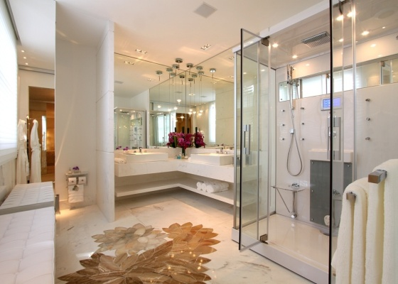 A sala de banho da arquiteta Sueli Adorni para a Casa Cor 2009 reflete o desejo do usuário por sofisticação, presente aqui no shower-spa da Heaven, que tem desde ducha vertical até TV - Divulgação