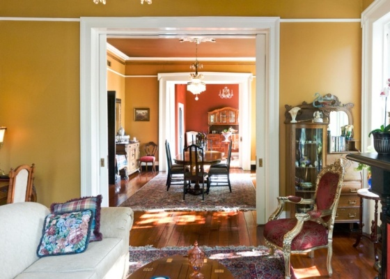 Alguns móveis de qualidade, como cadeiras, sofás e aparadores, merecem ser reformados. Se a peça lhe agrada, por que não trocar o tecido, tirar o brilho da madeira ou até fazer uma pátina?