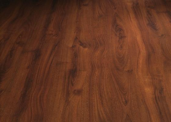 Mais quente e agradável para pisar descalço, a madeira é muito desejada nos quartos