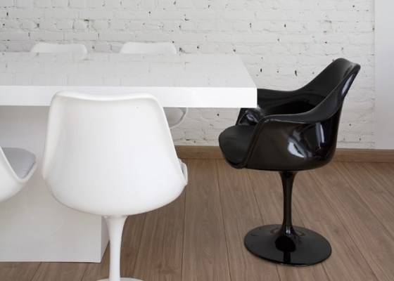 Mesa de jantar (da Estar Móveis) rodeada de cadeiras Tulipa de Eero Saarinen. O ambiente da foto é de um sobrado dos anos 1940 reformado pelo escritório Vidal & Sant'Anna Arquitetura