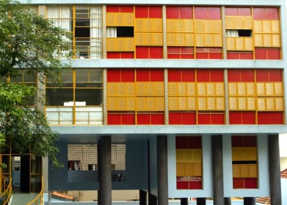 O edifício Louveira, de Vilanova Artigas, localizado na praça Villaboim, em São Paulo, possui janelas do tipo ideal, comum nas décadas de 50 e 60, com abertura de 100% do vão