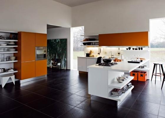Na cozinha da marca italiana Dada, cores quentes e um certo despojamento que colabora na funcionalidade do ambiente